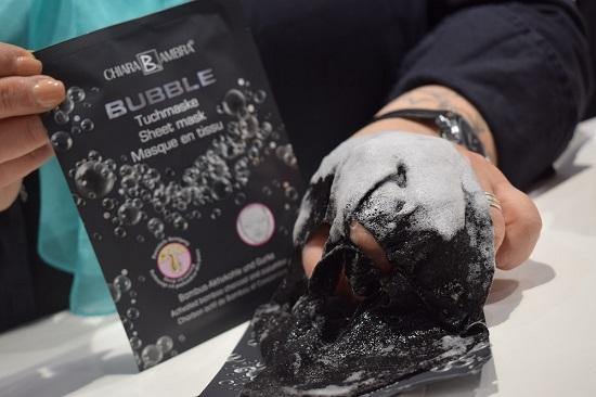 Beauty Düsseldorf 2018 Bubble Tuchmaske von Chiara Ambra schäumend auf Hand