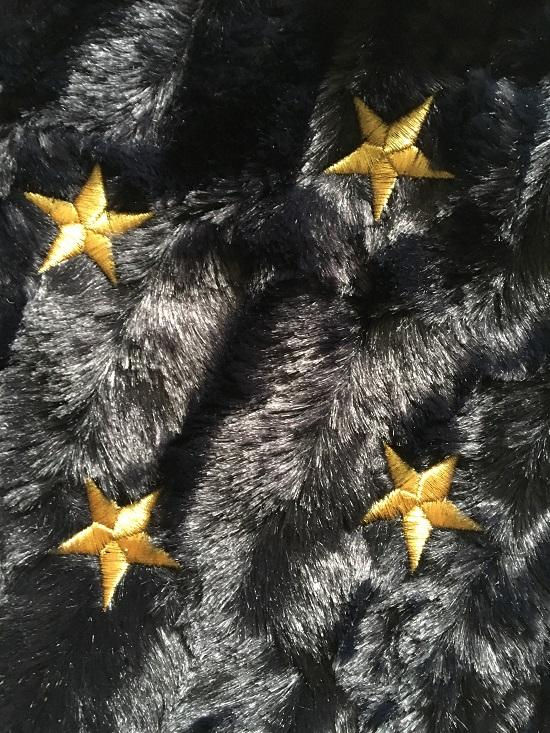Wärme mit Hugo Frosch Tierfelloptik mit goldenen Sternen bestickt, Nahaufnahme