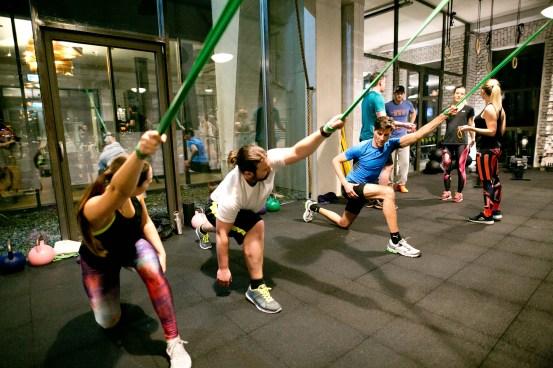 Dehnen mit Gymnastikband (c)wildbild