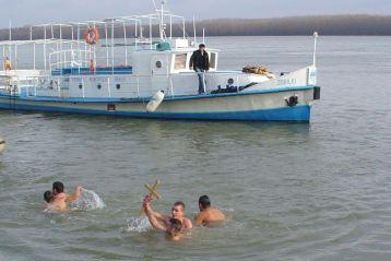 Crucea de Boboteaza a fost scoasa la Braila din apele Dunarii de Razvan Rahel
