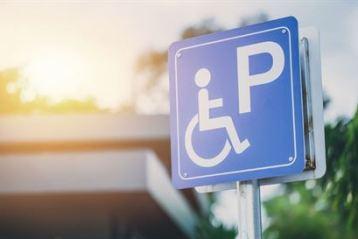 Amenzi mai mari pentru cei care parchează pe locurile destinate persoanelor cu handicap