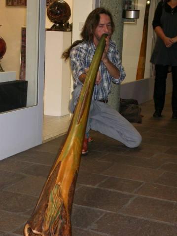 Beim Didgeridoo spielen