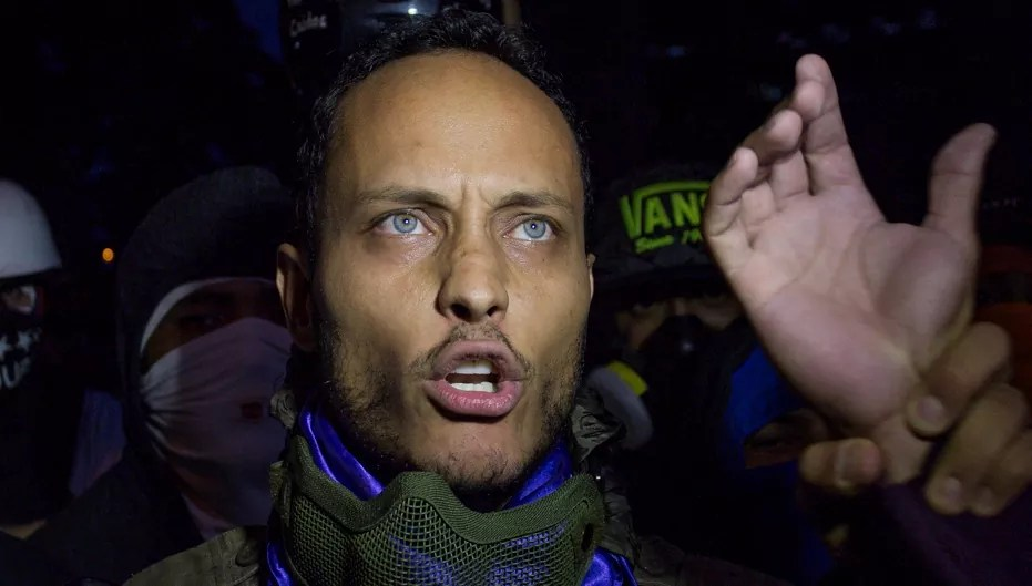 Policía de Venezuela acorrala a piloto que desafió a Maduro