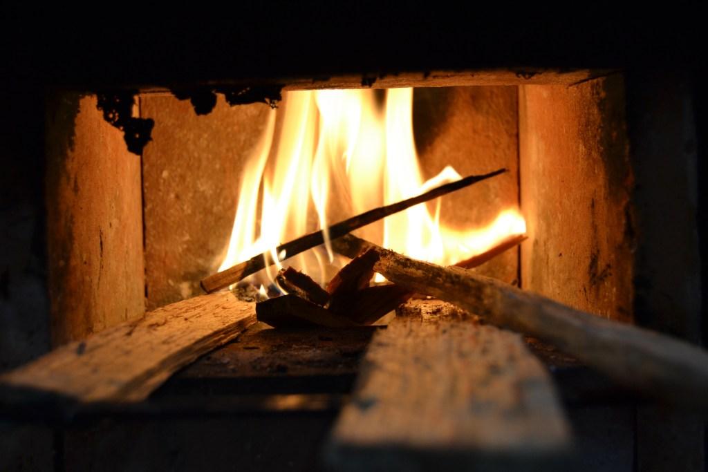 Debido al tamaño de la cámara de combustión no es necesario soplar para que arda.