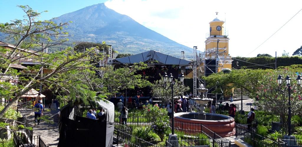 El volcán de Agua que se ve desde la plaza de Ciudad Vieja inspira a este inventor de los chicken bus en miniatura.