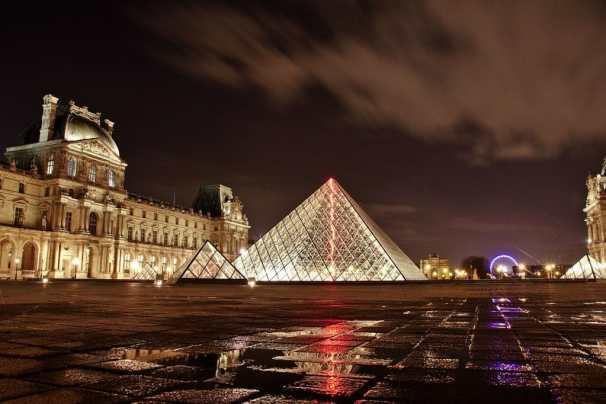 museo de louvre de noche