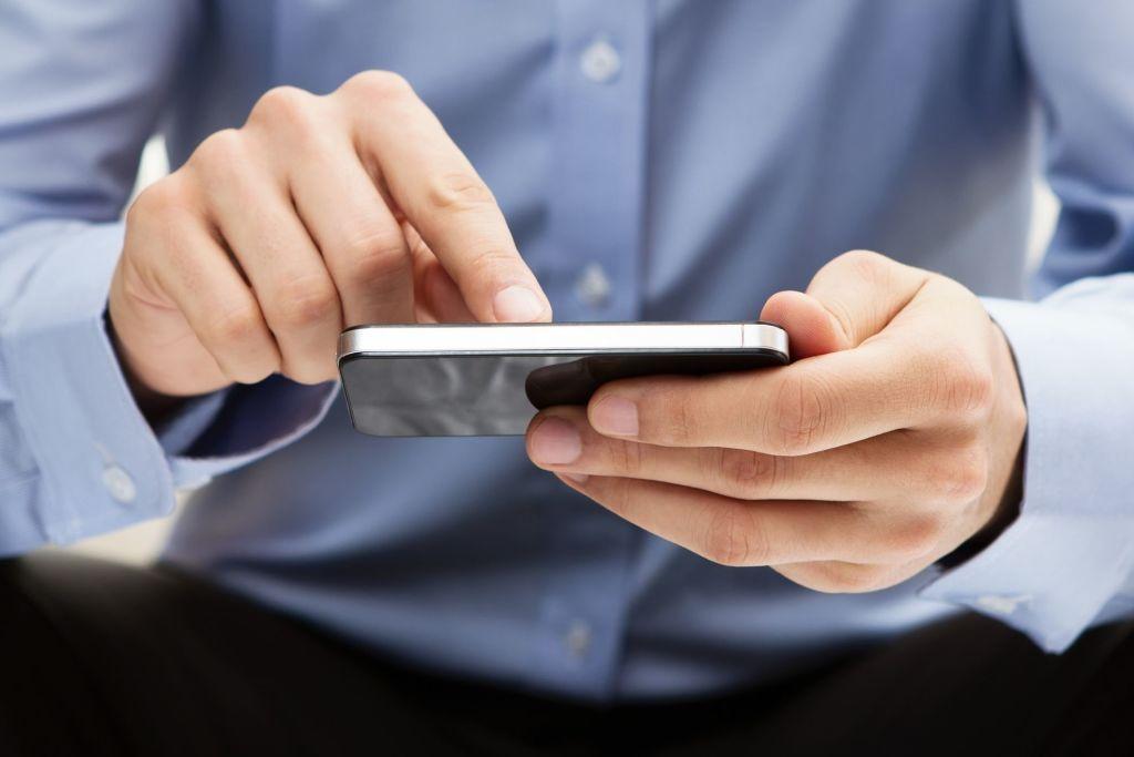 Hombre utilizando teléfono inteligente