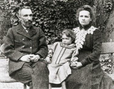 Marie, Pierre y Irene Curie.