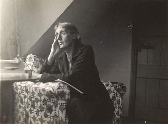 Virginia Woolf escribiendo