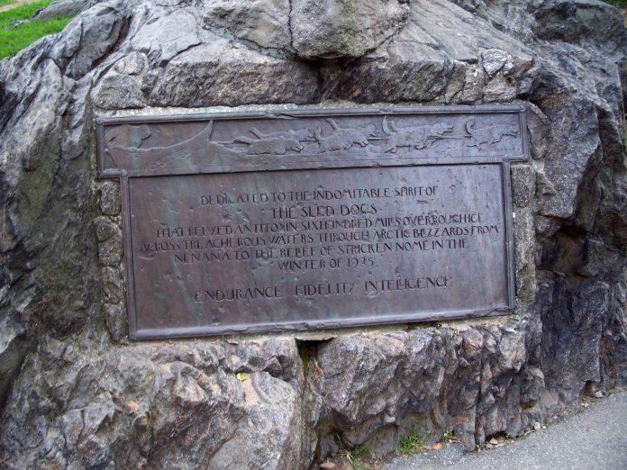 Placa del monumento dedicado a Balto.