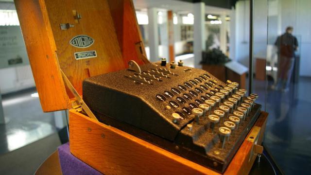 Réplica de una máquina Enigma usada por Alan Turing para descifrar códigos nazis