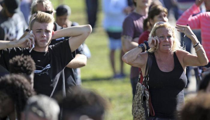 familiares se lamentan por víctimas de ataques en escuela