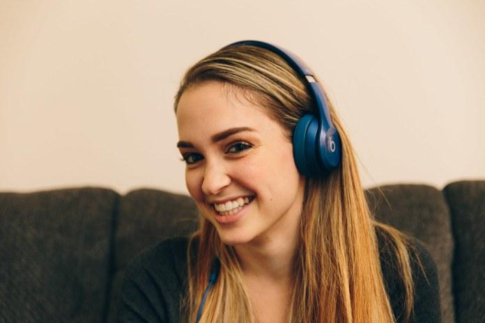 Mujer-con-Audifonos-aprende-idiomas