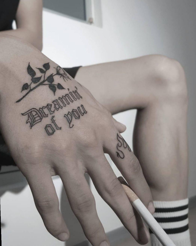 Tatuajes aesthetic en blanco y negro 16