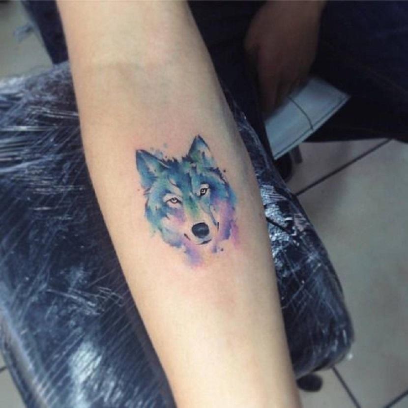 Tatuaje minimalista de lobos