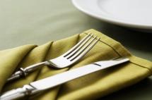 Что лежит справа от тарелки. Сервировка стола: правильное расположение столовых приборов