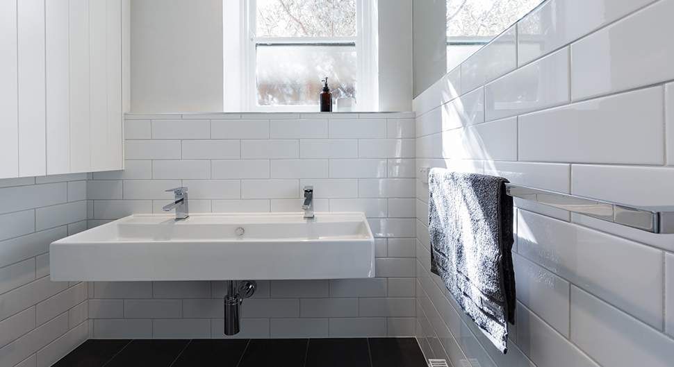 un carrelage mural de salle de bains