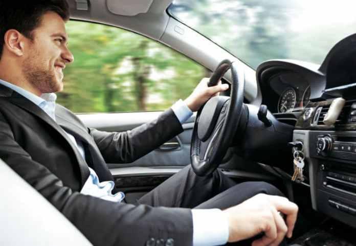 homem dirigindo carro na estrada