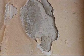 Удаляют старые покрытия. Если штукатурка прочно держится и не поддается отбивке, то оставляют.