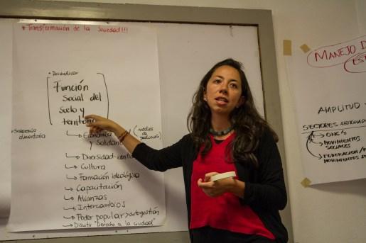 Adriana Rojas, de COCEAVIS, expone los resultados de la mesa de movimientos