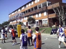 Las comisiones de deportes de cada barrio organizan torneos. En este caso, Mesa 5 recibe en 2006 el encuentro de básquetbol donde se enfrentan los pibes de diversas cooperativas.
