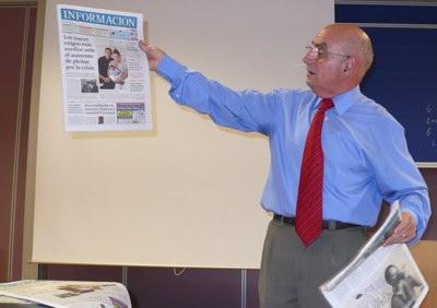 Perea muestra uno de los ejemplares del Diario Información.