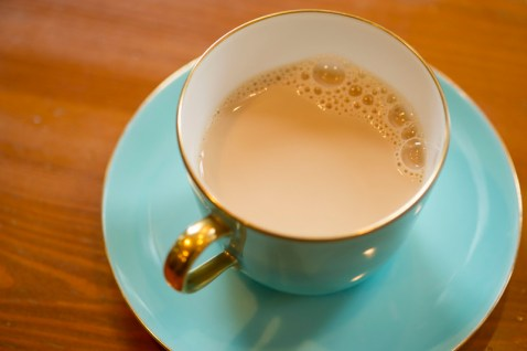 カフェラテはフォームドミルクを使用せずホットミルクなのでドリンクがサラサラしている。
