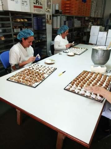 Empleados fabricando productos de Turrones Merche