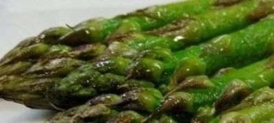 """Ataditos de """"Espárragos Trigueros Mata"""" sobre lomo de dorada por Restaurante La Comercial"""