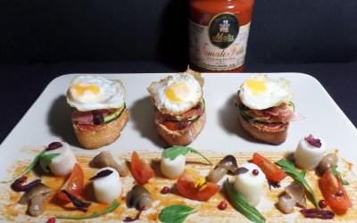 [Receta] Tostas de jamón, calabacín, pasas y huevos de codorniz con Tomate Mata