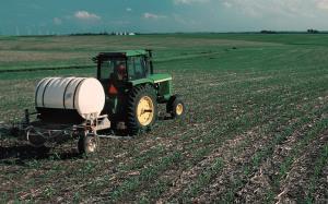 Fertilizando un campo de maiz
