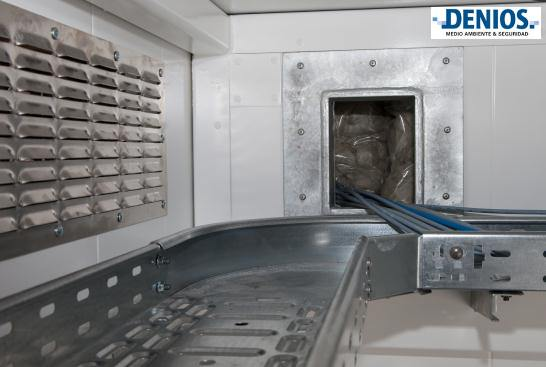 Detalle de la cubierta de piso canal de cable, rejilla de ventilación, así como F90 ruptura a través de espacio de almacenamiento