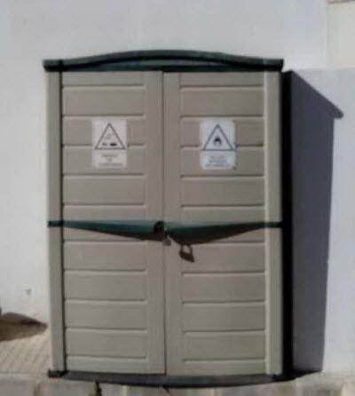 """Armario prefabricado """"casero"""" - Foto de una estación de servicio. Peligro almacenando inflamables y corrosivos"""