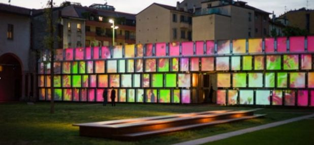 Proyección de video mapping en la estructura de cubetos