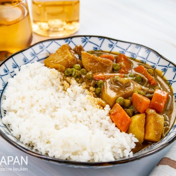 Foto van een kom kare raise, ofwel Japanse curry met rijst.