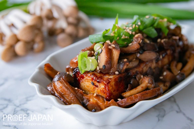 Foto van een tofu steak met paddenstoelen in soja-botersaus.