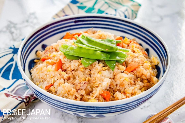 Grote schaal met Japanse gebakken rijst, ofwel yakimeshi.
