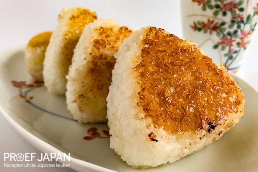 Foto van een drietal gebakken rijstballen (miso yaki onigiri).
