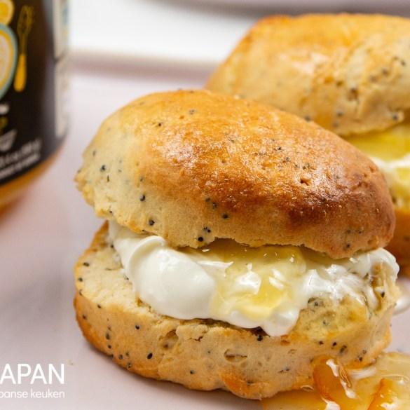 Close-up op onze scones met poppy seeds, clotted cream en yuzu marmelade.