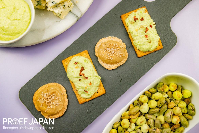 Foto met twee verschillende soorten toastjes. Eentje met een edamame dip en eentje met een miso aubergine dip.