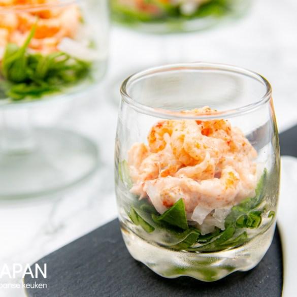 Proef Japan foto van ons recept voor rivierkreeftjes met shichimi togarashi mayonaise. Geserveerd als amuse met spinazie en daikon.