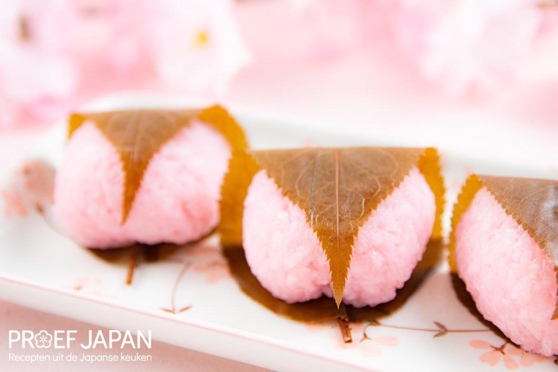 Proef Japan foto van ons recept voor sakura mochi, een speciaal soort Japans snoepgoed uit de categorie 'wagashi'. Gemaakt van kleefrijst en kersenbloesemblad.
