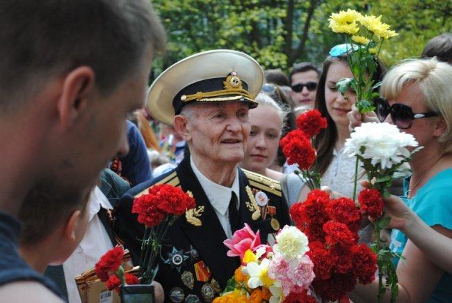 Сотни незнакомцев пришли поздравить ветерана с Днём Победы