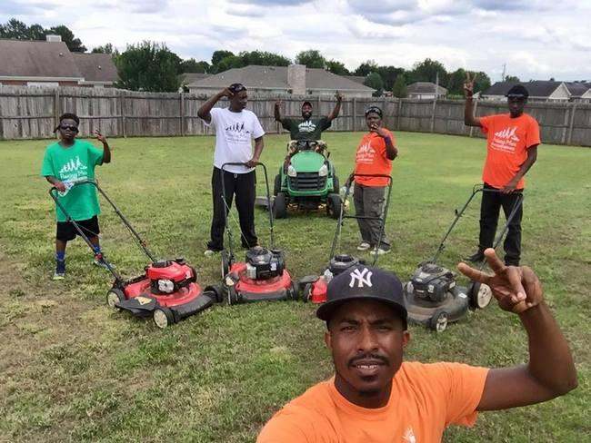 Молодые люди бесплатно ухаживают за газонами