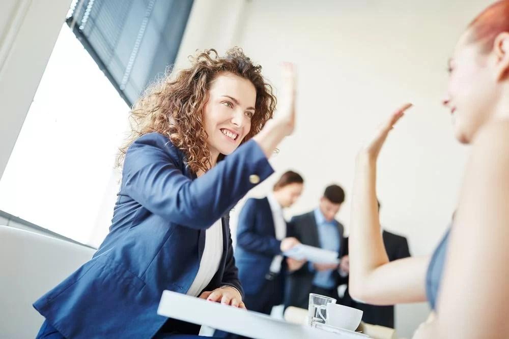 [:en]Twee zakenvrouwen geven elkaar een high five als zijnde het winnende team[:]