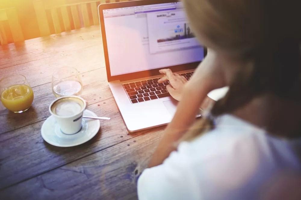 Wie is jouw klant? Profbloggers - vrouw kijkt naar statistieken op laptop