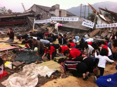 chinese-christians-worship-in-demolished-church