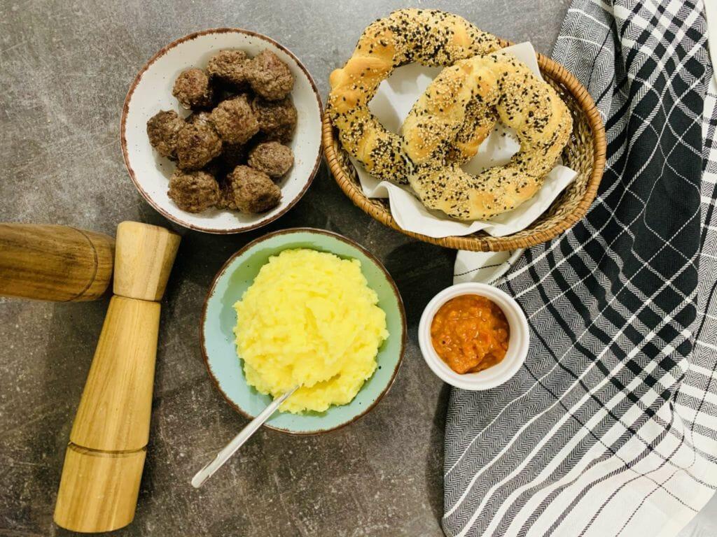 Кюфтета на фурна, картофено пюре и симид