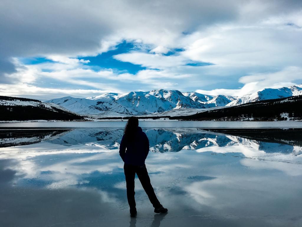 Mujer de espaldas en la Patagonia argentina