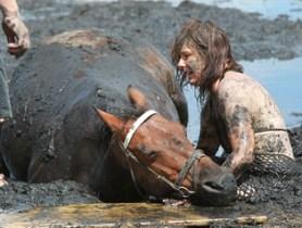caballo-mujer-lodo2